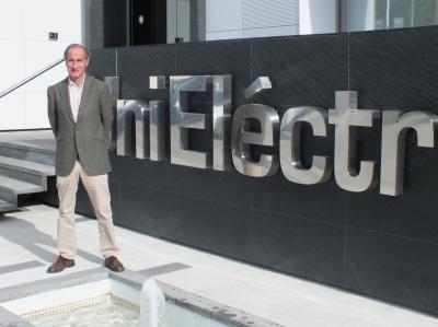 Diego Montes, director gerente de Unieléctrica, ante la fachada de la sede nacional